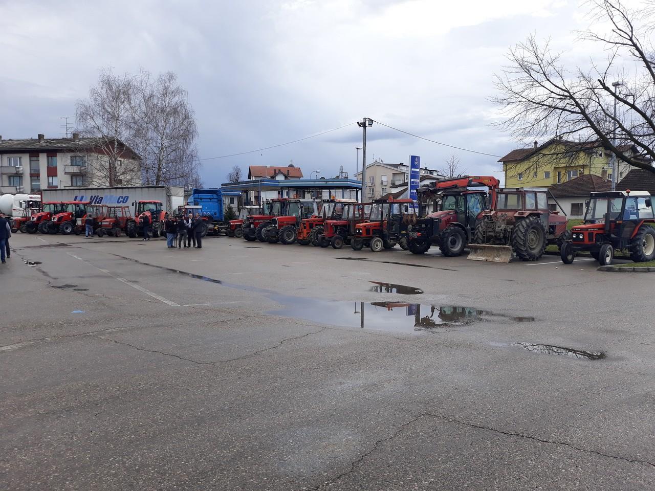 """Посјетом пољопривредницима у Српцу почела кампања """"Освјетлај образ домаћине, означи трактор жутим ротационим свјетлом"""""""