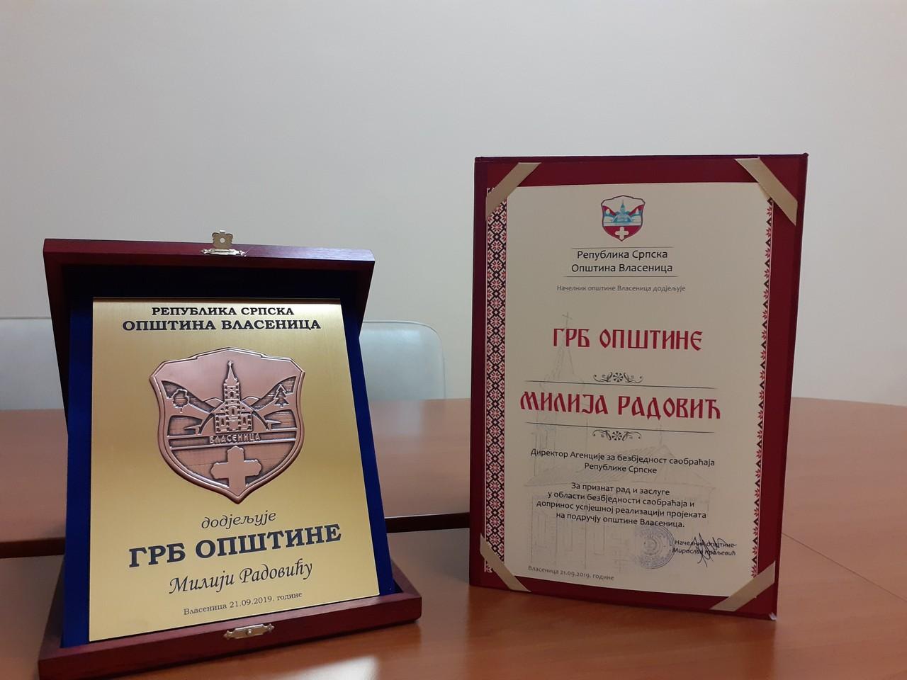 Општина Власеница директору Агенције за безбједност саобраћаја, Милији Радовићу додјелила  Грб општине као заслужно признање